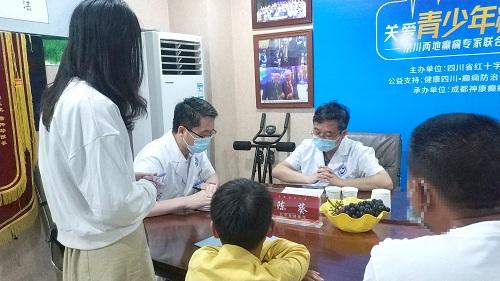 【成都神康癫痫医院头条】北京三甲名医会诊第一天现场火爆,患者看诊癫痫病纷至沓来